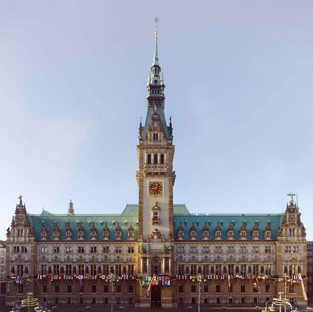 Der Weltschal aus 207 Flaggen der Welt am Hamburger Rathaus, 8. November 2015